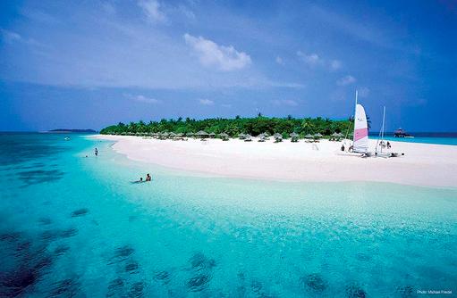 Strand mit Katamaran, Reethi Beach Resort, Malediven