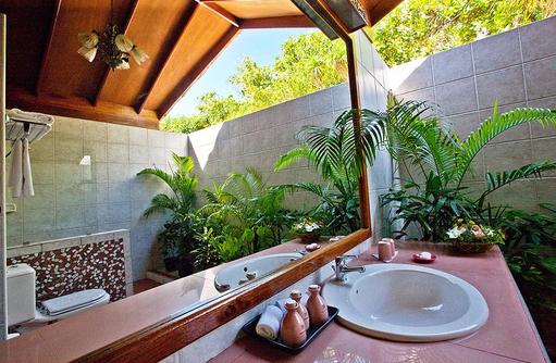 halboffenes Badezimmer einer Villa, Reethi Beach Resort, Malediven