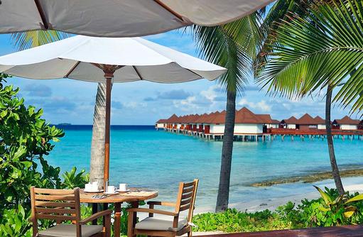Hauptrestaurant, Sonnenterrasse mit Blick auf die Wasservillen I ROBINSON Club Maldives