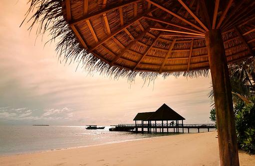 Ankunftssteg im Abendlicht I ROBINSON Club Maldives
