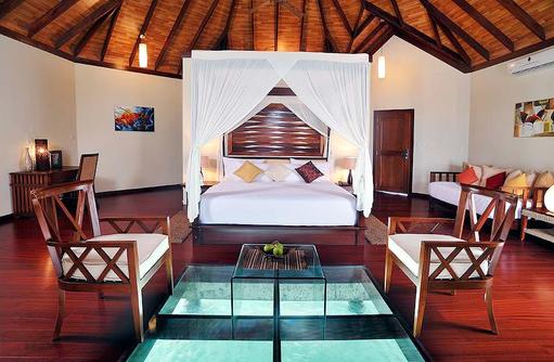 Präsidentensuite, Schlafzimmer mit Glasboden, Himmelbett I ROBINSON Club Maldives