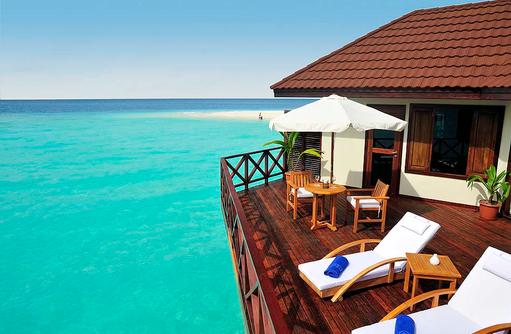 Wasserbungalow, Sonnendeck mit Liegestühlen und Tisch I ROBINSON Club Maldives