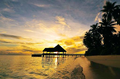 Arrival Jetty bei Sonnenaufgang I ROBINSON Club Maldives