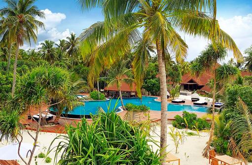 Blick auf die Poollandschaft I ROBINSON Club Maldives