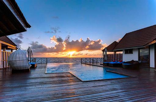 Präsidentensuite, Sonnendeck mit Infinitypool bei Sonnenuntergang I ROBINSON Club Maldives