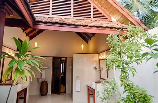 Strandbungalow, halboffenes Badezimmer I ROBINSON Club Maldives