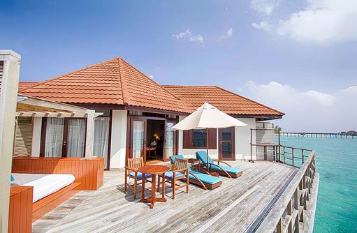 Wasserbungalow, Sonnenterrasse mit Daybed und Liegestühlen I ROBINSON Club Maldives
