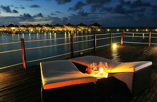 Blick von der Hauptbar zu den Lagoon Villen I ROBINSON Club Maldives