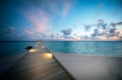 Ankunftssteg bei Abenddämmerung, ROBINSON Club Noonu, Maldives