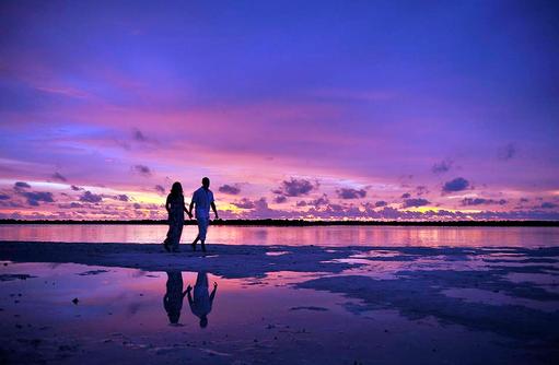Strandspaziergang bei Sonnenuntergang, Lila Himmel, Royal Island Resort & Spa, Maldives