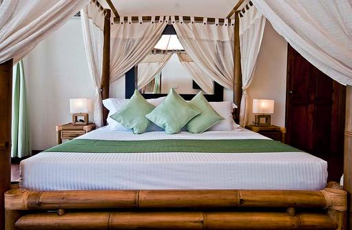 Bett im Beach Bungalow, Safari Island Resort, Maldives