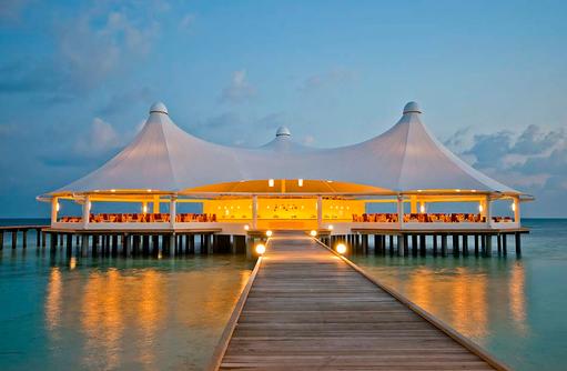 Blick auf das Restaurant am Abend, Safari Island Resort, Maldives