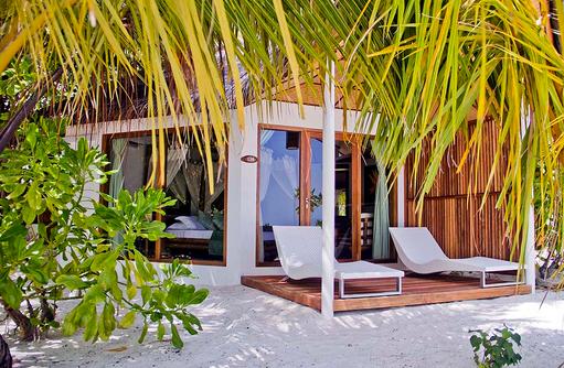 Beach Bungalow mit Palmen, Safari Island Resort, Maldives