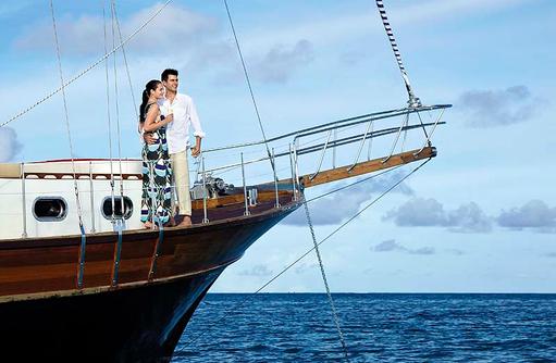 Paar auf der Luxusyacht Horizon, Shangri-La's Villingili Resort & Spa, Malediven