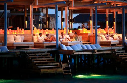 Chill Bar bei Nacht, Six Senses Laamu, Malediven