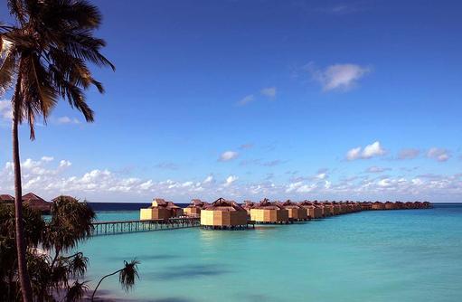 Steg zu den Wasservillen, Six Senses Laamu, Malediven