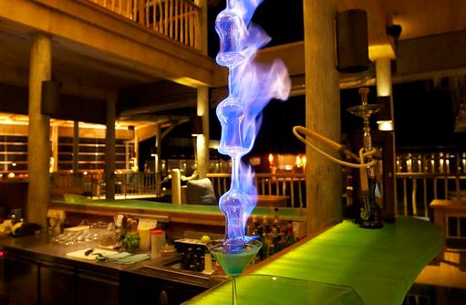 Cocktail in der Chill Bar, Six Senses Laamu, Malediven