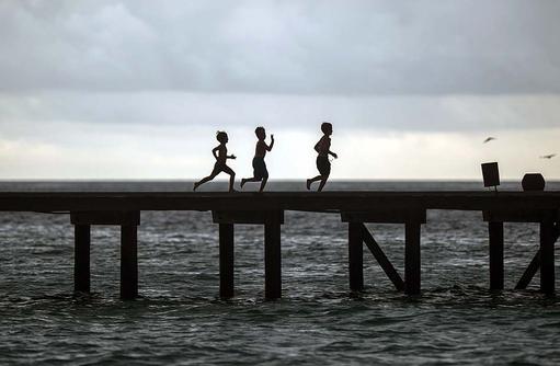 Kinder auf dem Steg, Soneva Fushi, Maledives