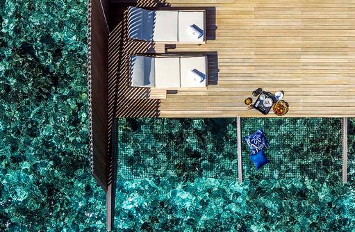 Over Water Villa mit Pool, Sonnendeck mit Katamarannetz und Liegestühlen I The St. Regis Vommuli