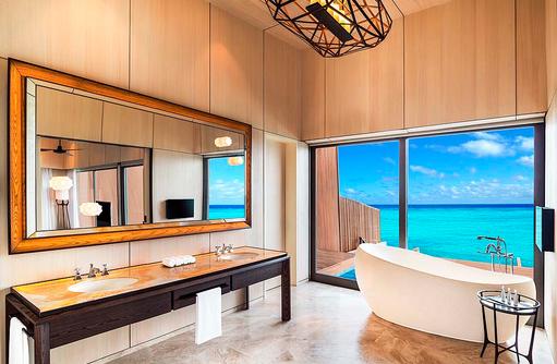 Overwater Villa mit Pool, Badezimmer mit Doppelwaschbecken, freistehender Badewanne und Meerblick I The St. Regis Vommuli