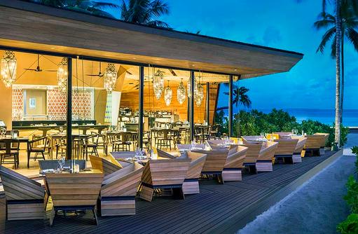 Restaurant Orientale, Terrasse am Abend I The St. Regis Vommuli