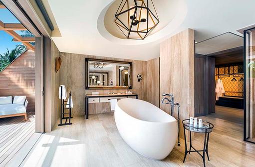 Caroline Astor Estate, halboffenes Badezimmer des Hauptschlafzimmers mit freistehender Badewanne I The St. Regis Vommuli