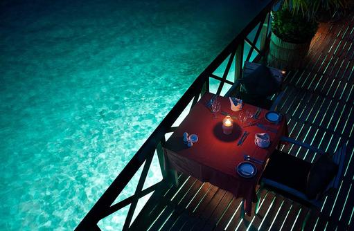 Dinner Table von oben, beleuchtetes Meer, Sun Aqua Vilu Reef Maldives