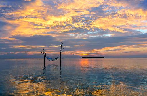 Hängematte im Meer, Sonnenuntergang, Sun Aqua Vilu Reef Maldives