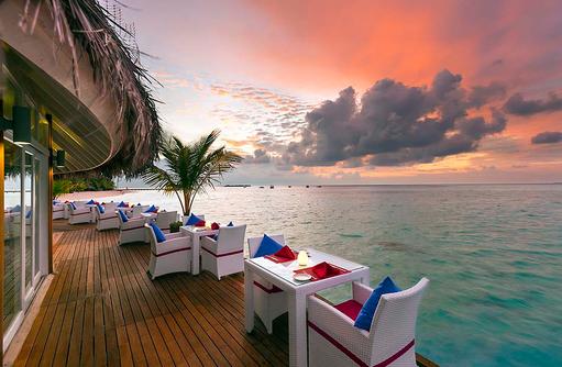 The Aqua Restaurant, Terrasse bei Dämmerung, Sun Aqua Vilu Reef Maldives