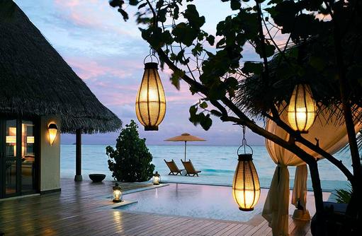 Deluxe Beach Villa mit Pool am Abend I Taj Exotica Maldives Resort & SPA