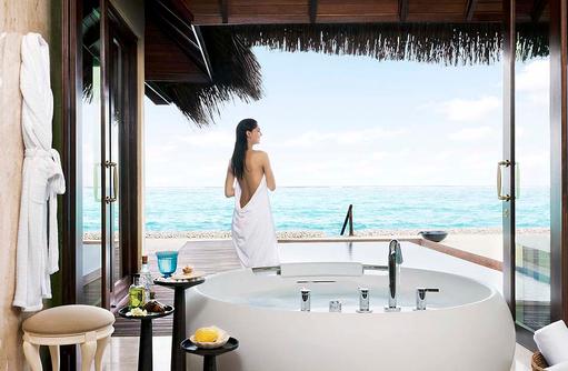 Premium Beach Villa mit Pool, Badezimmer, freistehende Badewanne mit Meerblick I Taj Exotica Maldives Resort & SPA