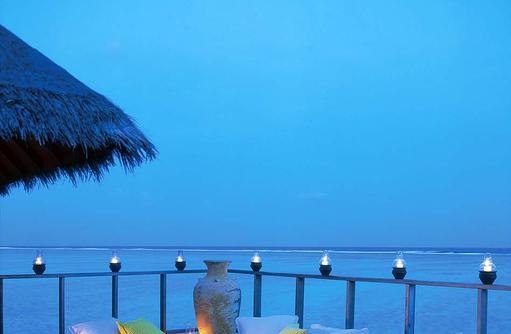 Lagoon Villa, Sonnendeck, Lounge am Abend, Champagner I Taj Exotica Maldives Resort & SPA