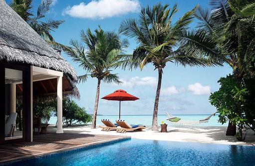 One Bedroom Beach Villa Suite mit Pool, Infinity Pool, Hängematte zwischen Palmen I Taj Exotica Maldives Resort & SPA