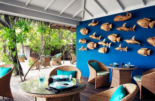 Holzdekoration am Pool Restaurant I Taj Exotica Maldives Resort & SPA