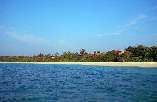 Strand und Insel vom Meer aus gesehen I The Barefoot Eco Hotel