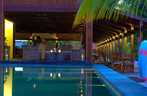 Pool Bar am Abend I The Barefoot Eco Hotel