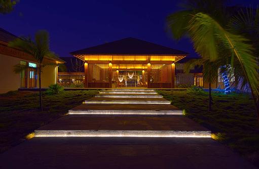 Rezeption bei Nacht, Aussenansicht I The Barefoot Eco Hotel
