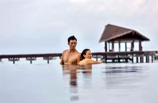 Paar im Swimmingpool, The Residence Maldives at Falhumaafushi