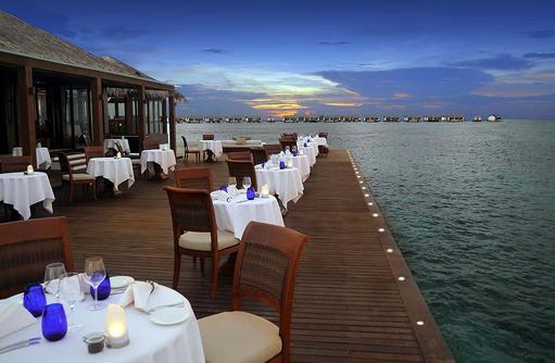 The Falhumaa Restaurant bei Nacht, The Residence Maldives at Falhumaafushi