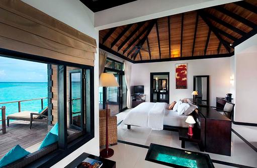 Schlafbereich der Wasser Villa, The Sun Siyam Iru Fushi, Maldives