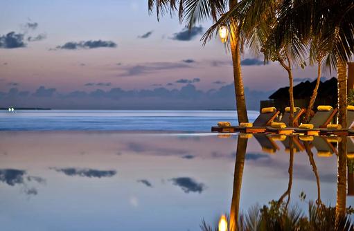 Infinitypool bei Abenddämmerung, The Sun Siyam Iru Fushi, Maldives
