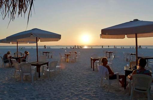 Beach Bar bei Sonnenuntergang, Thulhagiri Island Resort, Maldives