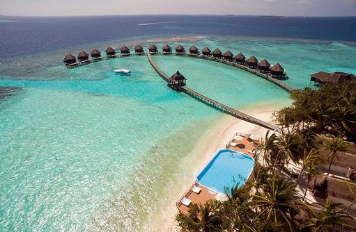 Blick von oben auf den Pool und die Wasservillen, Thulhagiri Island Resort, Maldives