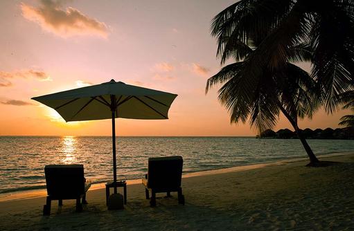 Strand bei Sonnenuntergang, Vakarufalhi Island Resort, Maldives