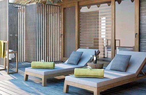 Liegestühle und Aussendusche einer Over Water Villa, Vakkaru, Maledives