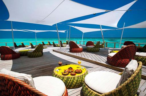 Terrasse mit Loungemöbeln, Velassaru Maldives