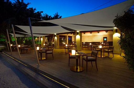 Restaurant mit Terrasse, Velassaru Maldives