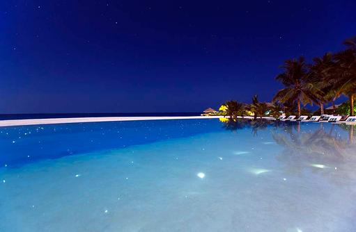 Infinity Pool bei Nacht, Velassaru Maldives