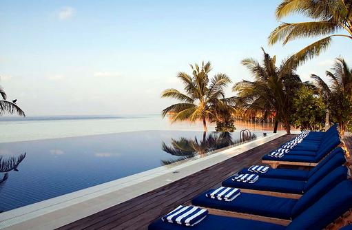 Liegeplätze am Pool, Vilamendhoo Island Resort, Maldives