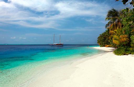 Sicht auf eine Yacht, Vilamendhoo Island Resort, Maldives